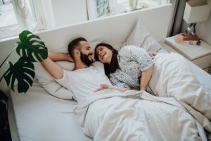 Bruidspaar in bed