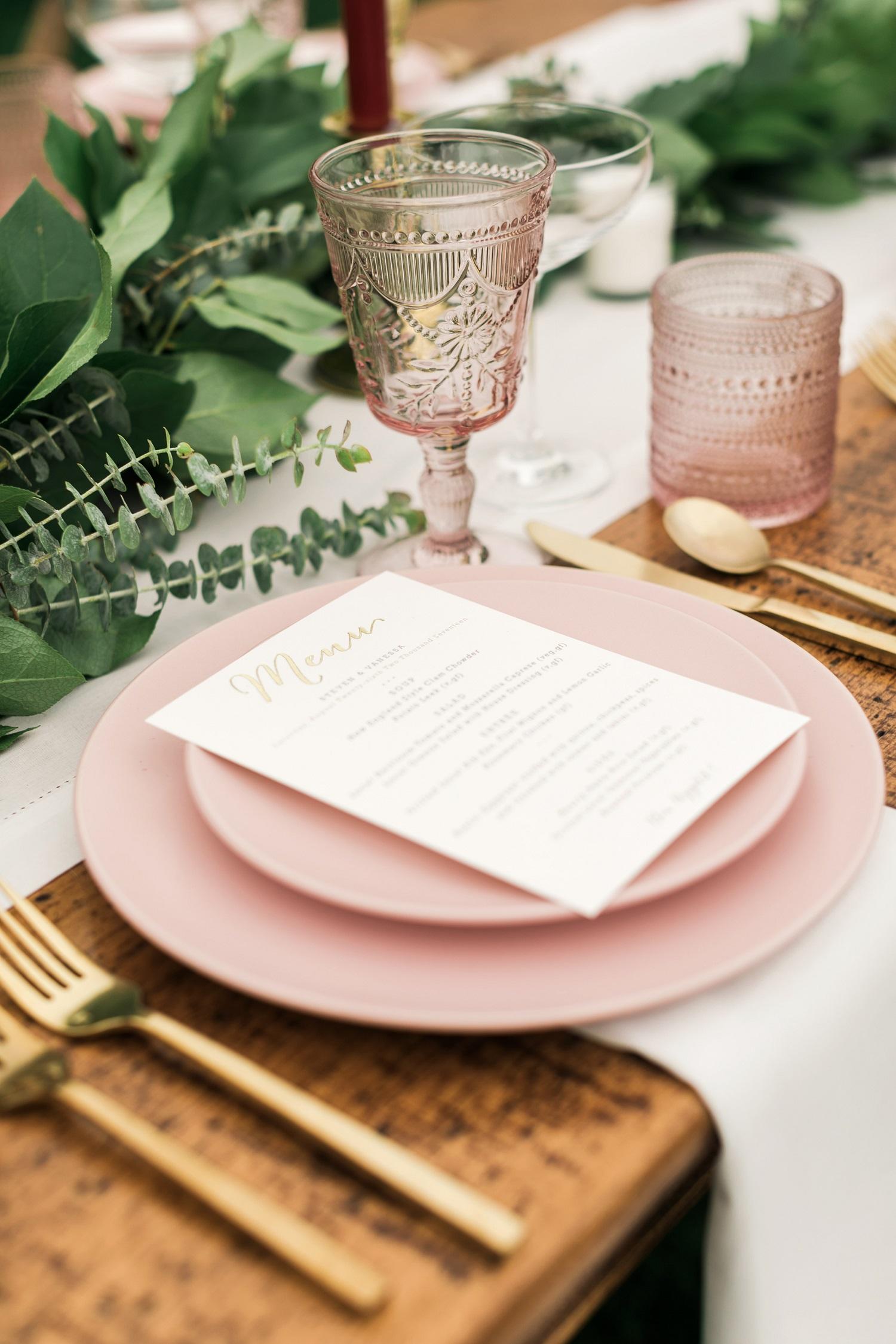 Roze bord bij huwelijksdiner