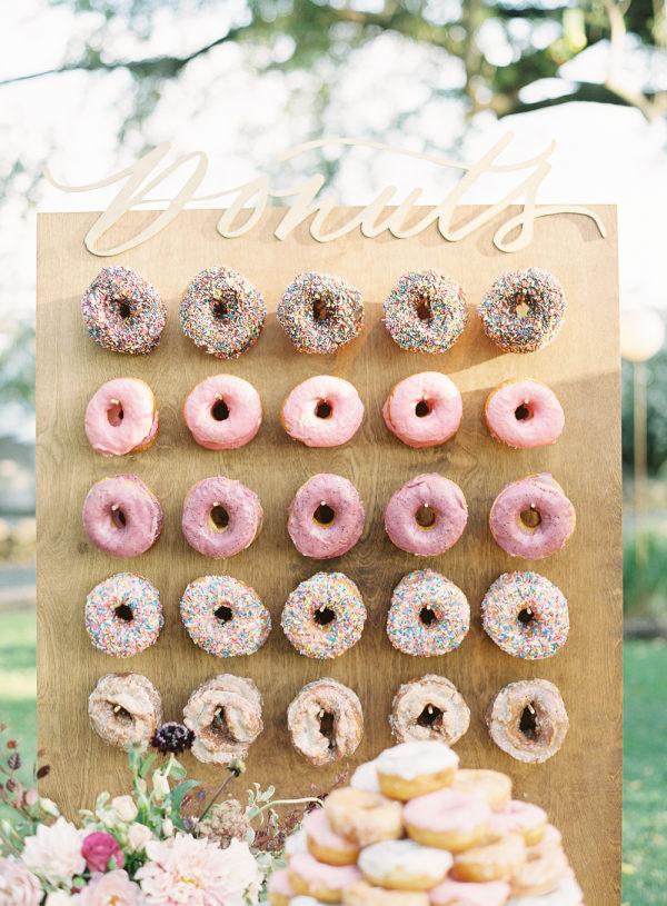 Donut wall bruiloft in pastelkleuren