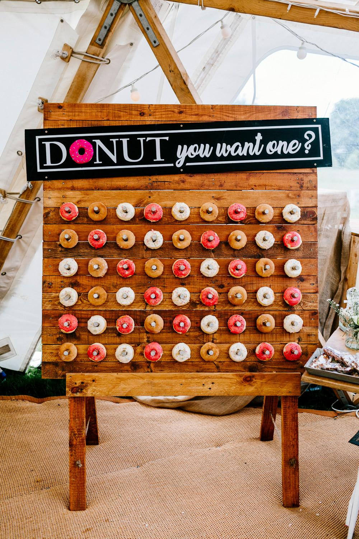Donutmuur met trouwdecoratie