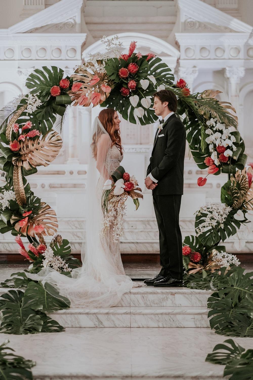 Bruidspaar voor bruiloft backdrop