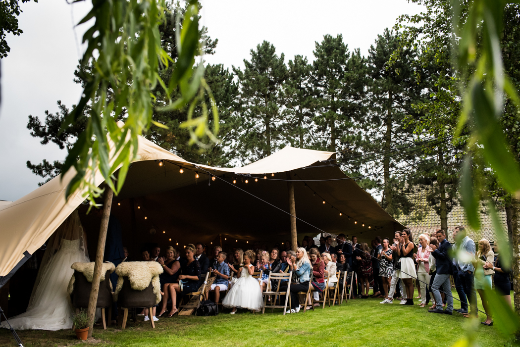 Buiten trouwen in een bruiloft tent