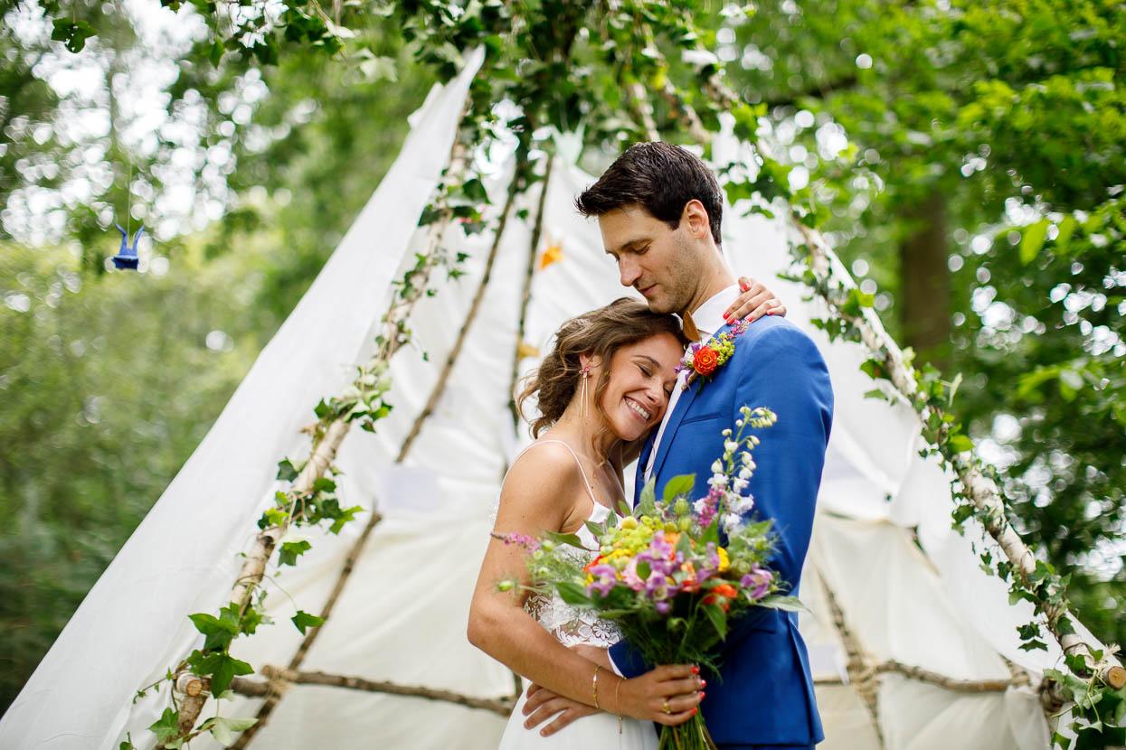 Bruidspaar voor een tent