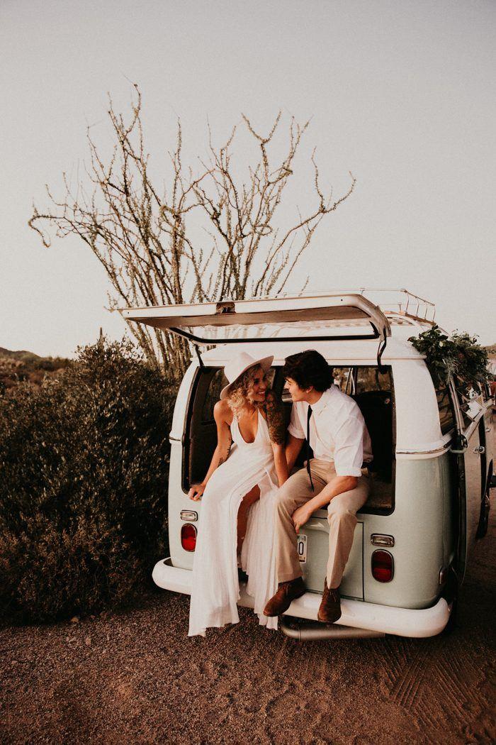 Bruidspaar achterin Volkswagen busje