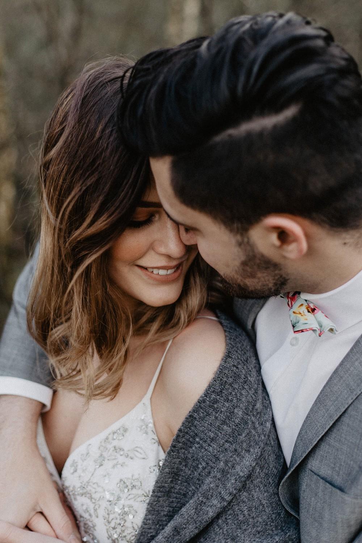 Bruidspaar met gezichten tegen elkaar