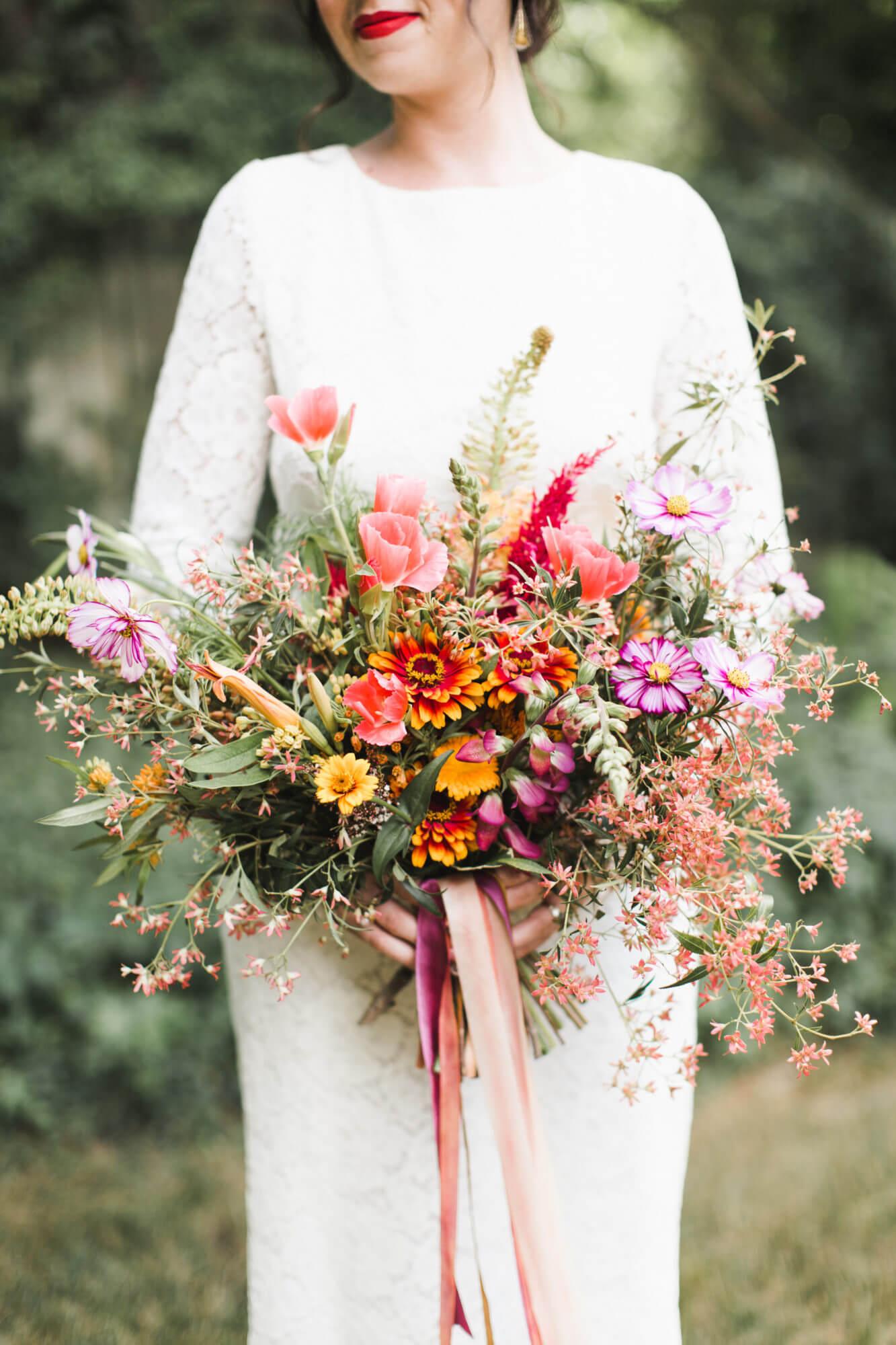 Bruid met gekleurd veldboeket