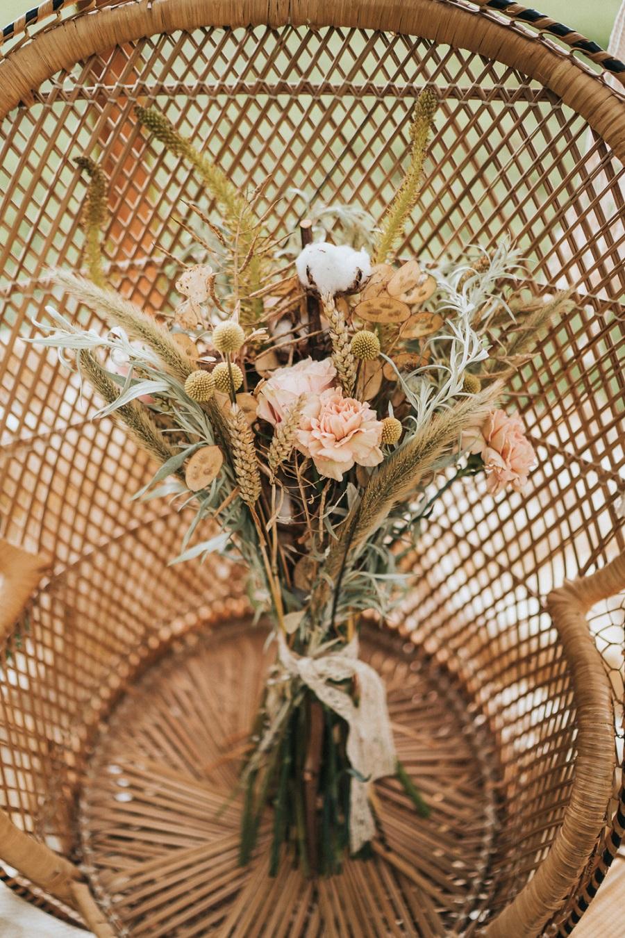 Bohemian bruidsboeket op stoel
