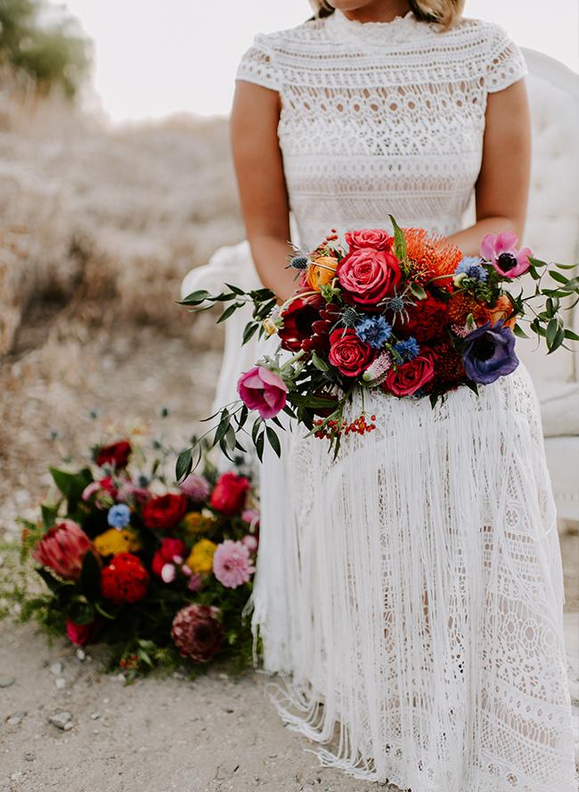 Bruid met felgekleurde bloemen