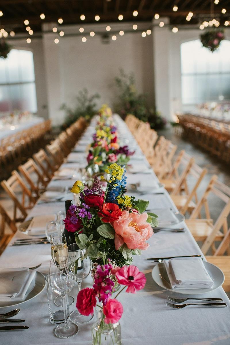 Bloemen als centerpieces bij bruiloft