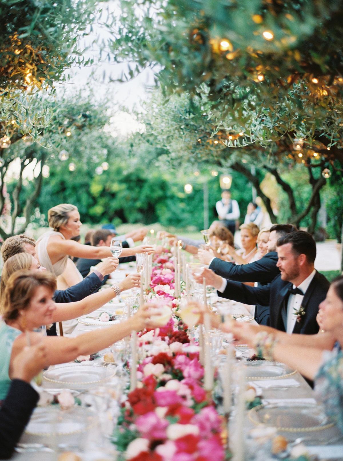 Gasten tijdens het bruiloft diner