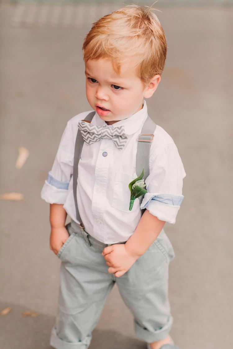 Feestkleding voor jong kind op een bruiloft met strik