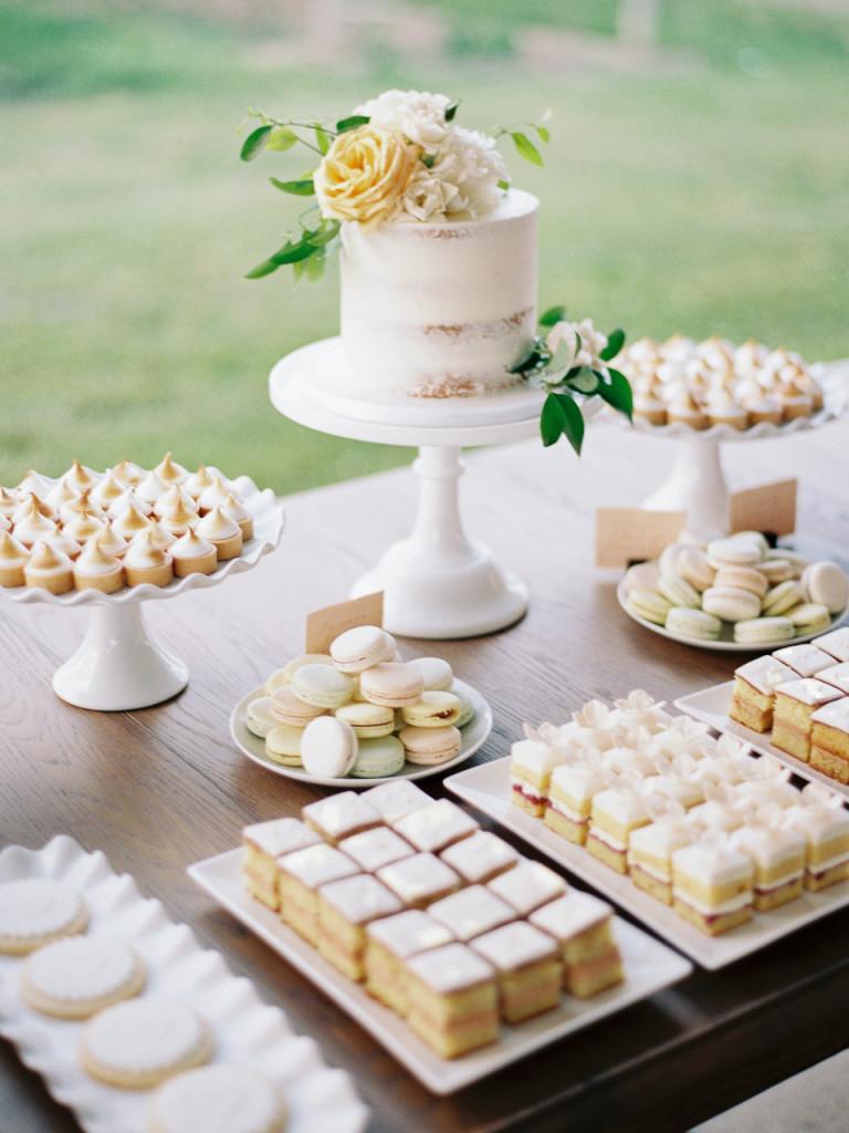 Desserttafel met bruidstaart