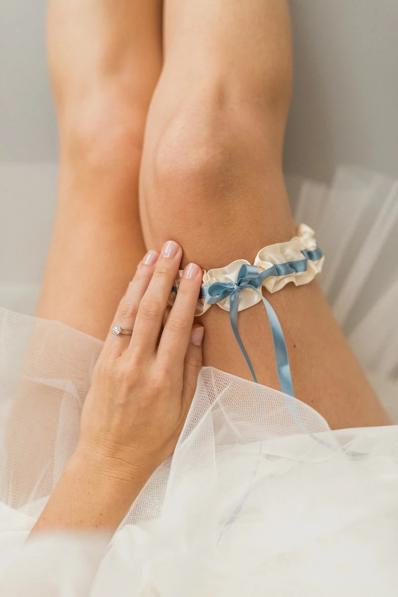 Bruid met blauwe kousenband als verlovingscadeau