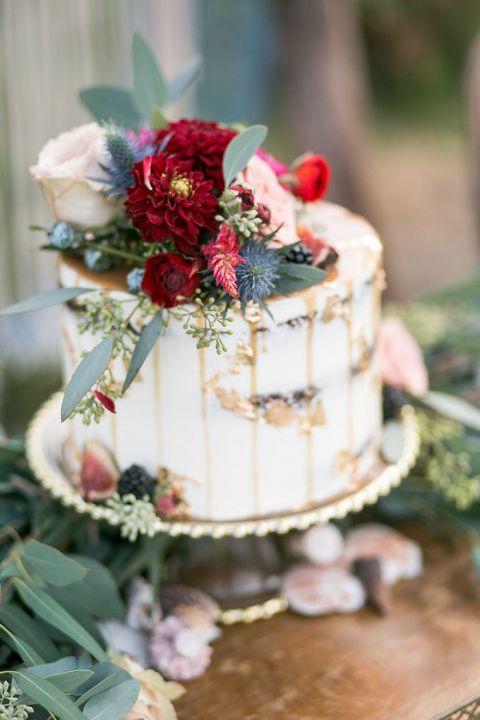 Kleine bruidstaart met bloemen
