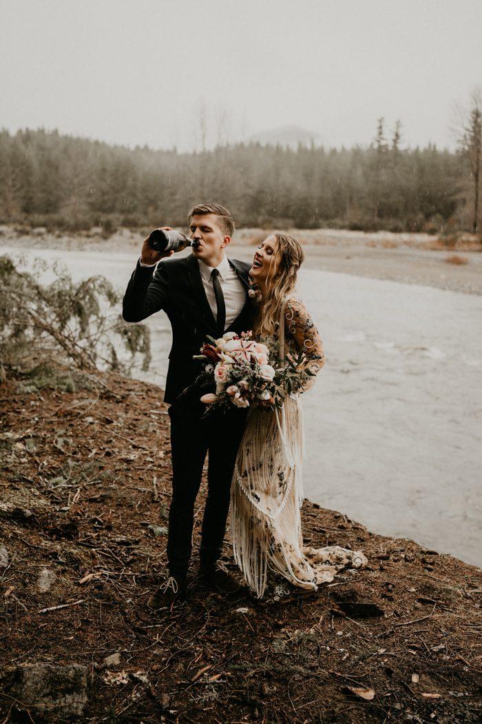 Bruidspaar drinkt champagne na stiekem trouwen