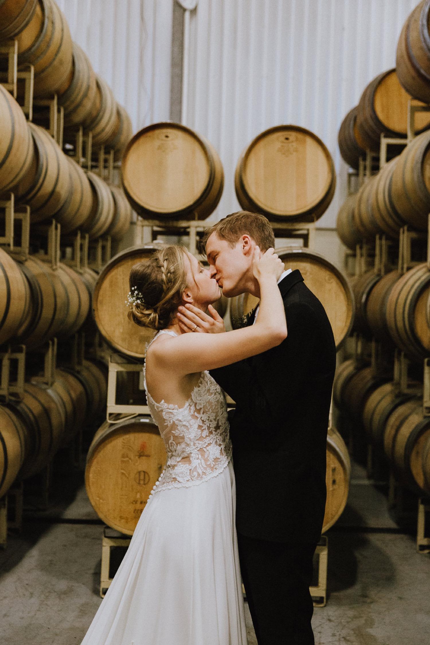 Bruidspaar in wijnkelder