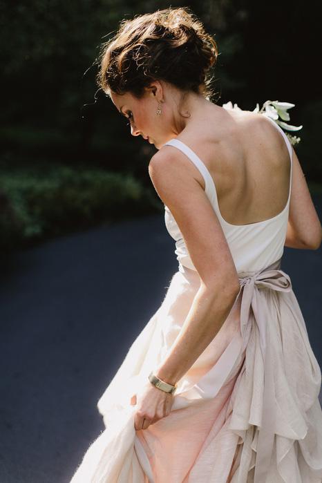 Bruid met roze rok en witte tok
