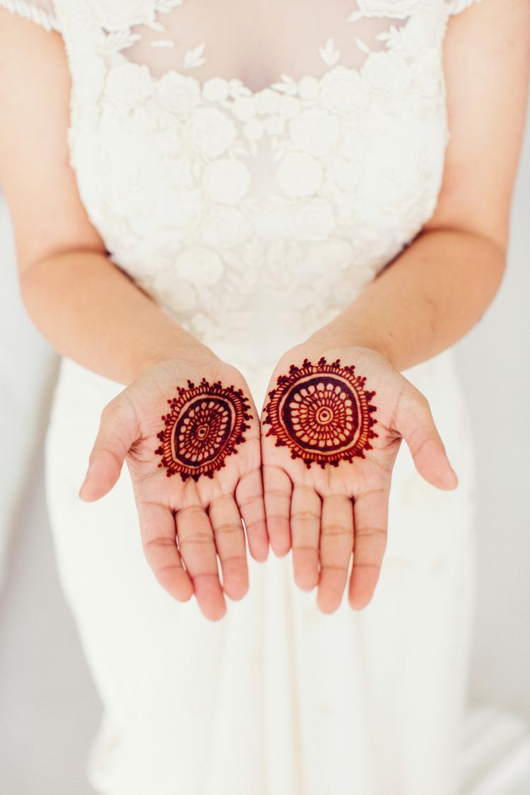 Bruid met henna op haar handen