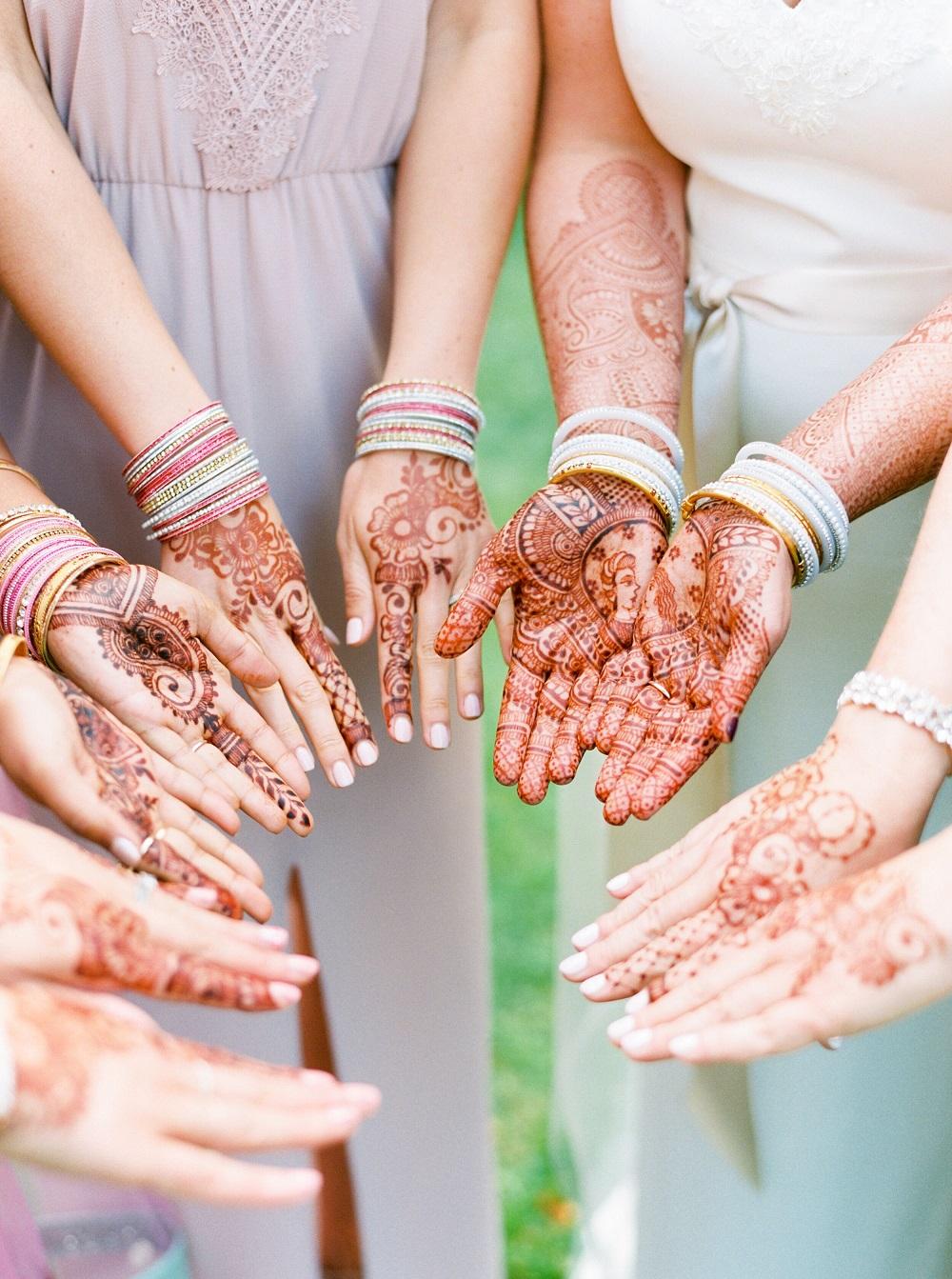 Bruid en bruidsmeisjes met henna