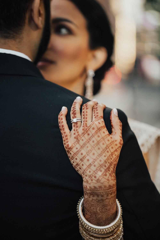 Bruidshenna op hand van de bruid