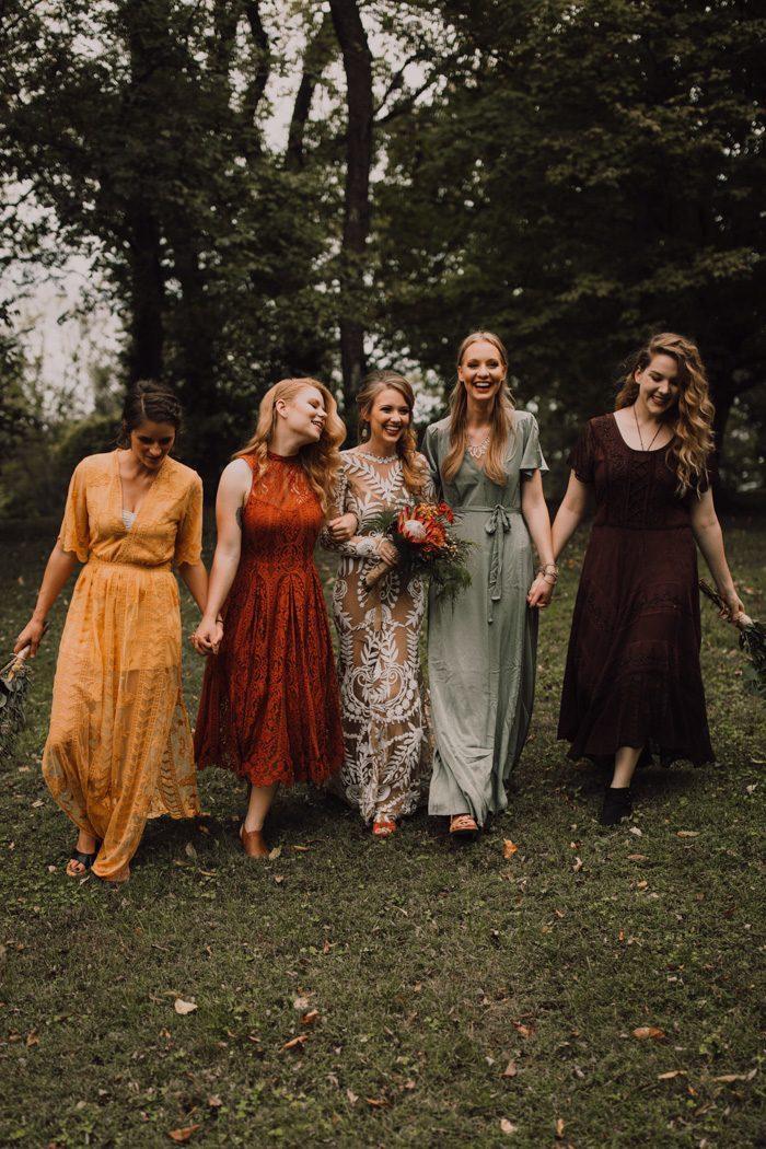 Bruiloft gasten dragen lange jurk