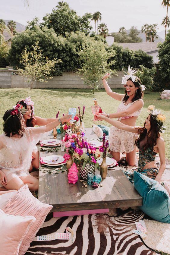 Vrouwen spelen spelletjes op vrijgezellenfeest