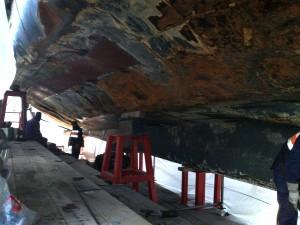 """Detalle de los daños en el forro de la obra viva de babor del """"Royal Enterprise""""."""