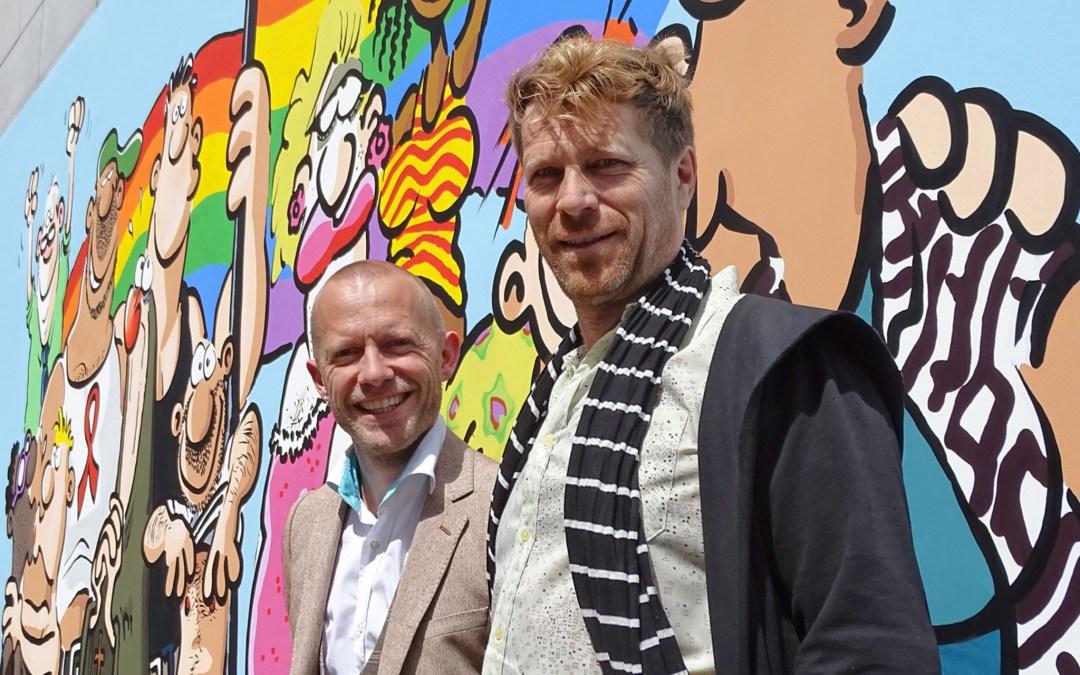 Bruno en Alan voor de stripmuur aan de Kolenmarkt