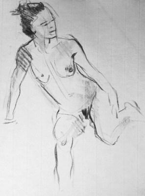 Fabienne assise, posée sur un bras, une jambe repliée
