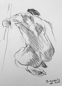 En appui sur le genou gauche, vue de dos.