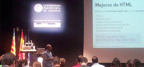 Instante de la conferencia sobre analítica web y SEO para contenidos