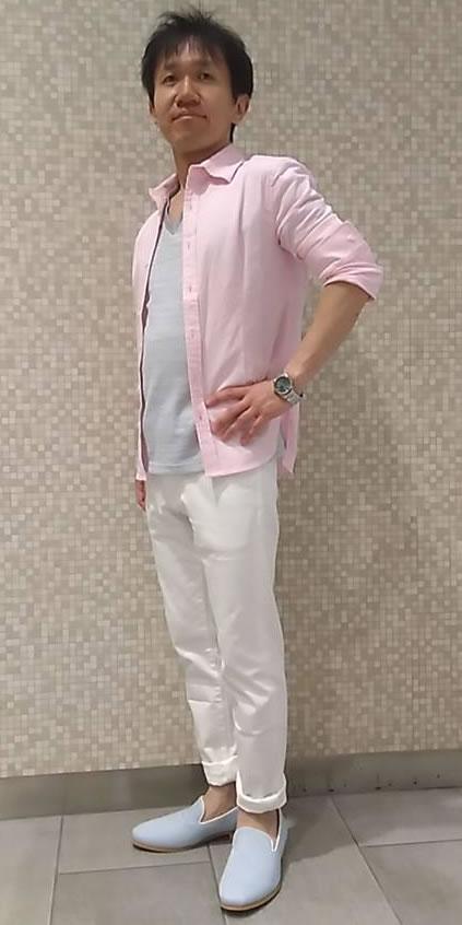 ピンクシャツ、グレーカットソー、白パン
