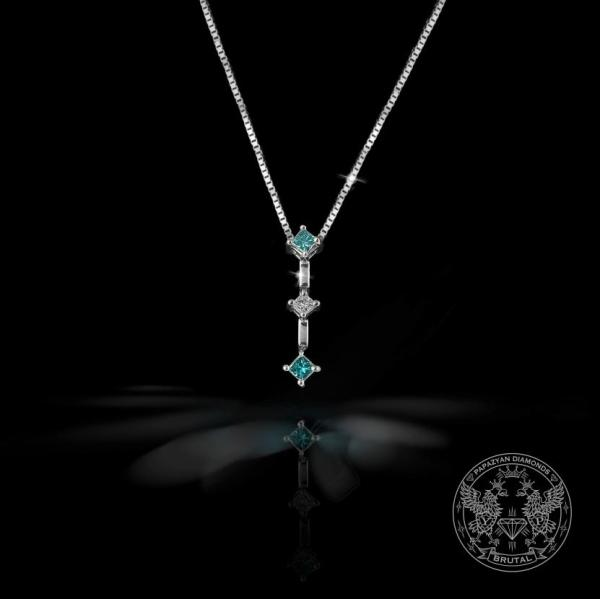 Златен медальон с бели и сини диаманти