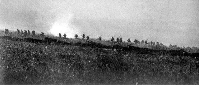 WWI_Tyneside_Irish_Brigade_advancing_1_July_1916 Wikimedia