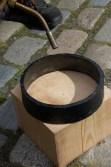 Ringen vert varma med gassbrenner slik at den utvidar seg.