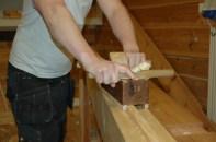 Underkanten av bordet som skal ha profil blir rettet på strykebenken.