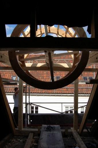 Her er sperra frå hovedtaket skore bort. Endane frå desse kviler på tverrstokken i rammeverket til vinda.
