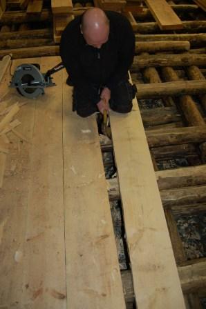 Dette er et flott gulv i seg selv, men vi legger furugulv oppå i tillegg til vindtetting. Lokalene skal leies ut og det må være praktisk å rengjøre gulvet