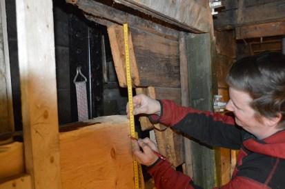 Bygningen er løftet ca 41cm for høyt, slik at vi har god arbeidshøyde. Her måler vi ned 39cm for å grovtilpasse oversiden