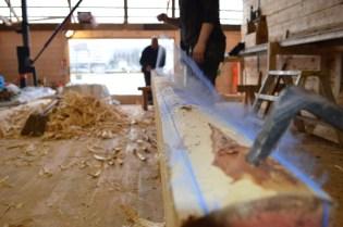 Tømmeret vi bruker er skåret på overmål. Da har vi mulighet til å ta opp eventuelle vridninger når vi teljer stokken