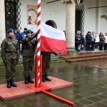 Wciągnięcie flagi na maszt podczas obchodów Święta Flagi RP