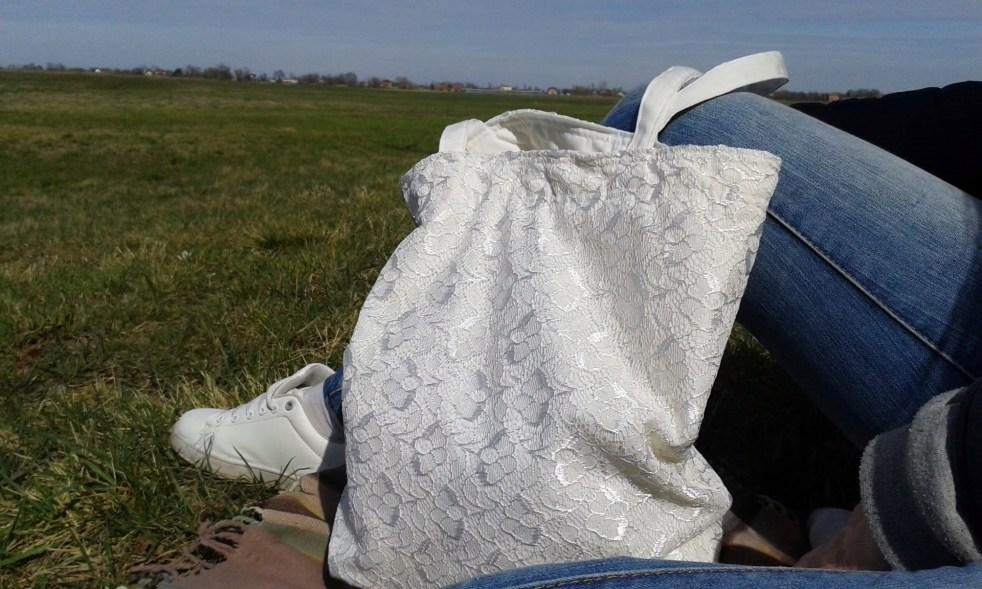 torba ozdobiona koronkową firanką