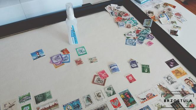 przyklejam znaczki pocztowe