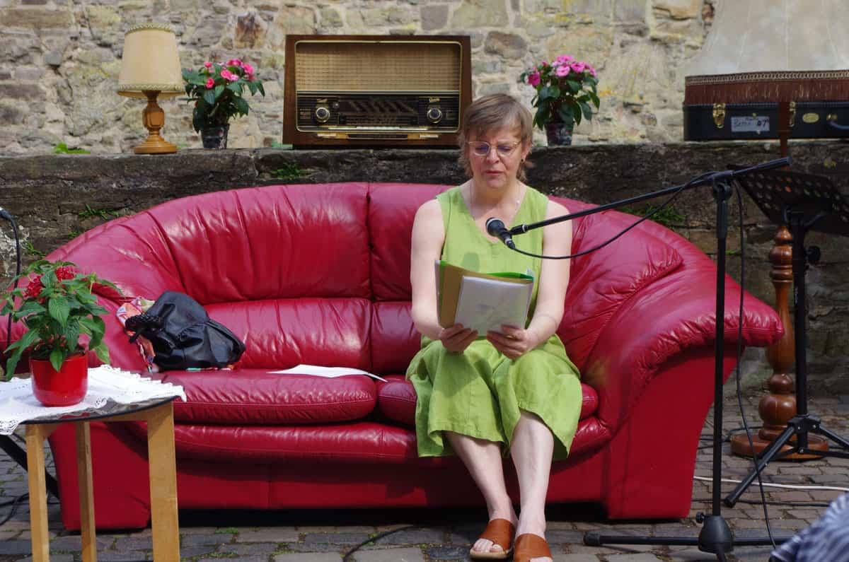 Lesekultur mit Frau auf Sofa