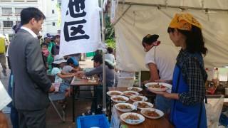 【NPOフェスタ】先々週は枚方市のNPOフェスタにも参加、15団の名物焼きそばです、新市長もご来場いただけました。