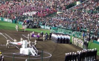 【ボーイスカウトのボランティア活動】旗とプラカードを持つ(写真は和泉三団さんのサイトより)