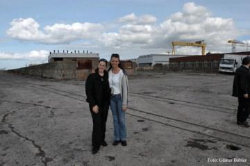 Brigitte Saar und Mandy Le Boutillier, hinter ihnen hätte sich der Bug der Titanic in die Höhe getürmt.