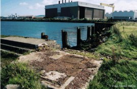"""Über diese Kante rutschte die Titanic bei ihrem Stapellauf - im Vordergrund Überreste des Fundaments der """"Great Gantry""""."""