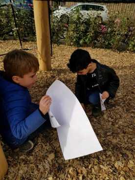 Op zoek naar dieren op het nieuwe schoolplein