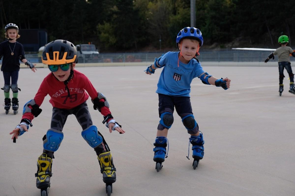 Wilde Jungs auf Skates